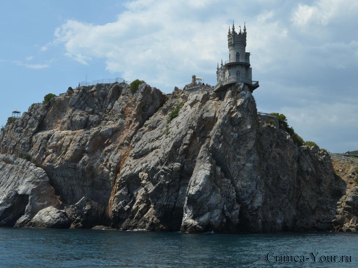 Ласточкино гнездо стоит на отвесной Авроряной скале мыса Ай-Тодорв в Крыму