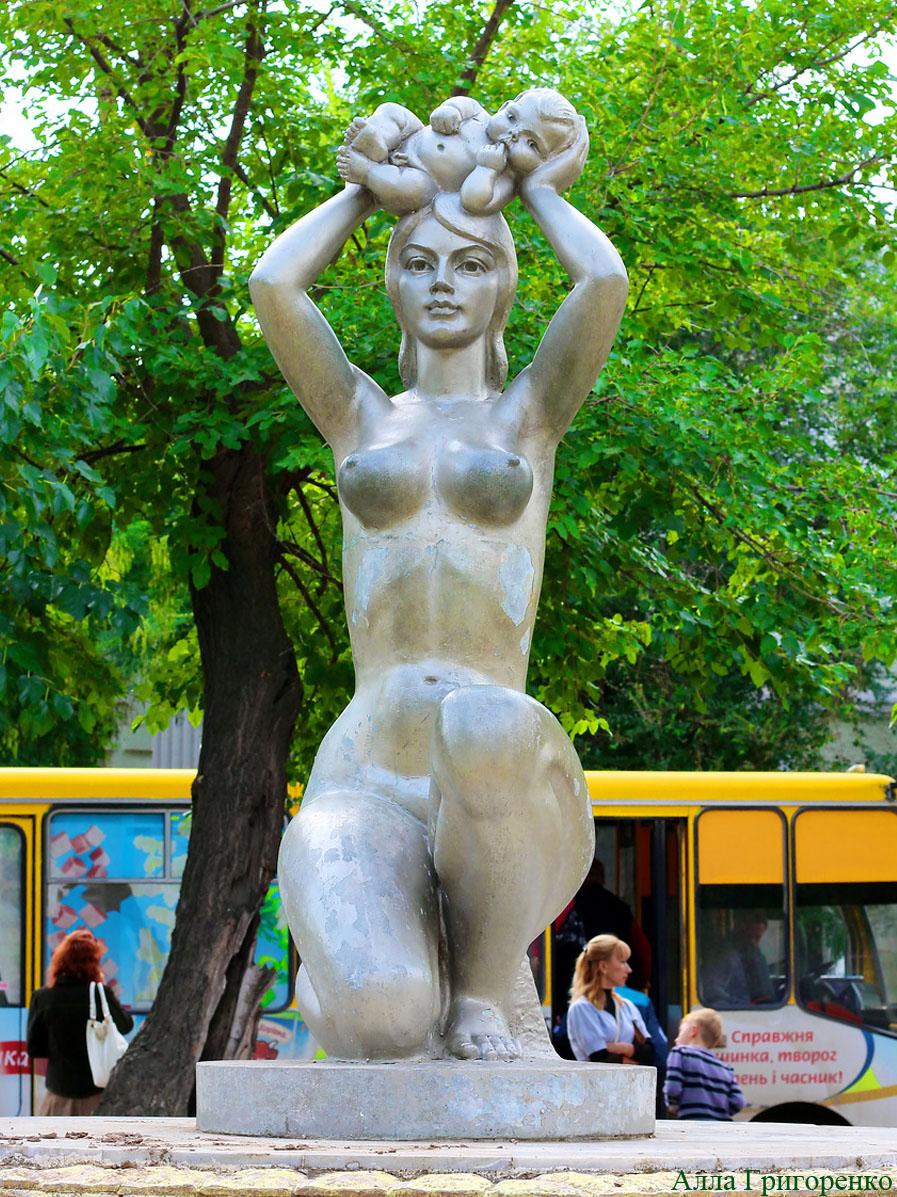 Евпатория. Скульптура «Мать и дитя»