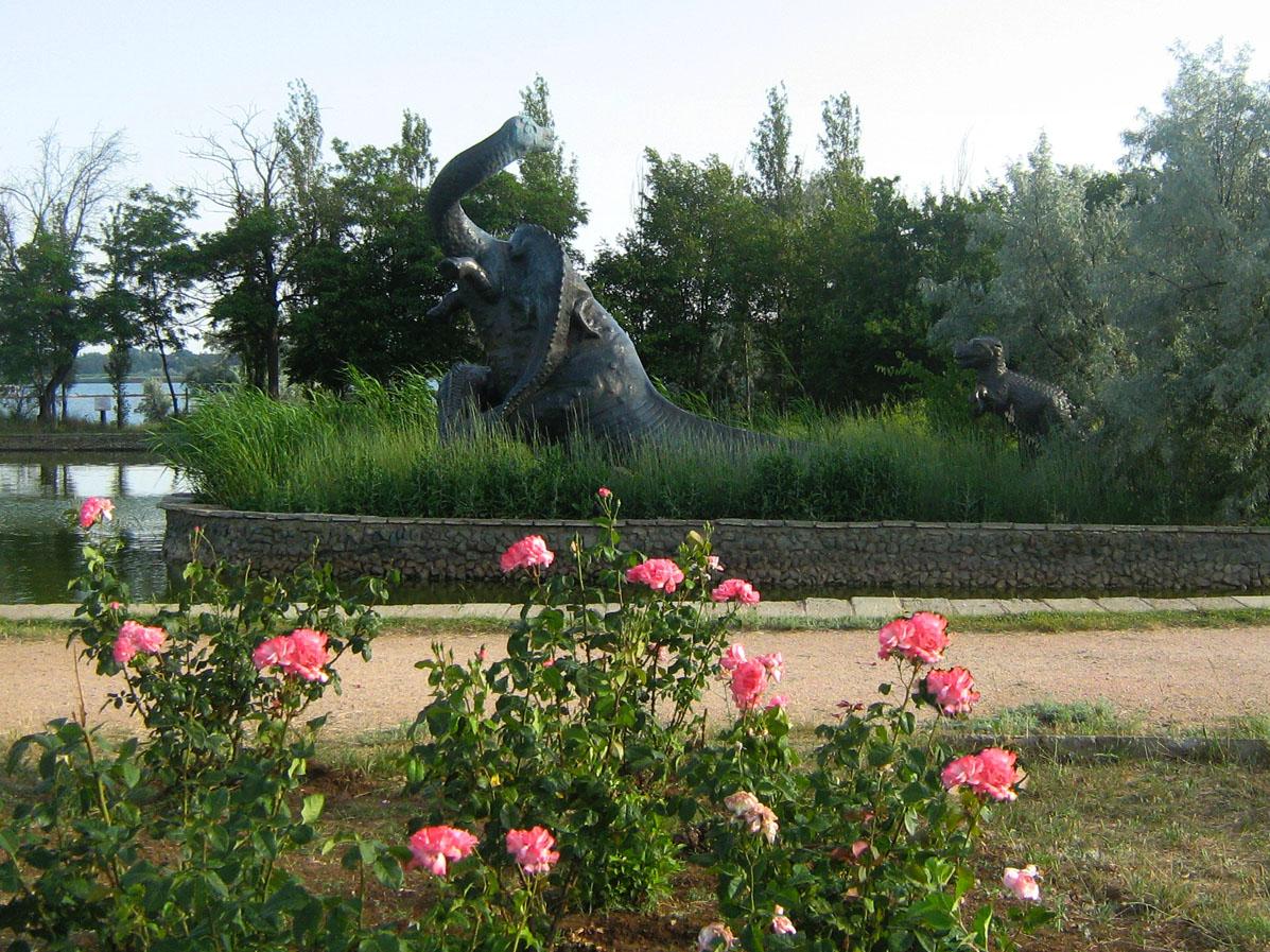 скульптура бронтозавры в Саки